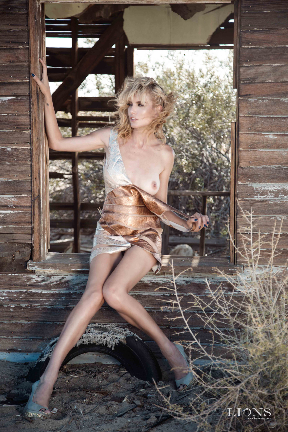 Stranded in the Desert Women  styling photoshooting model make up lionsmag lions magazine hair stylist Greta Tuckute fashionmodel fashion editorial body art   // lionsmag.com - premium nude photography magazine